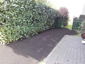 Boden angeschüttet und Rasen eingesäht